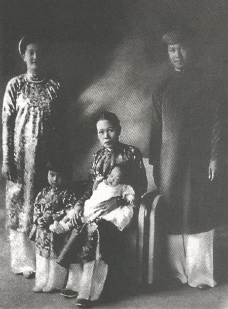 Thứ phi Phi Ánh chụp cùng vua Bảo Đại và Nam Phương hoàng hậu.