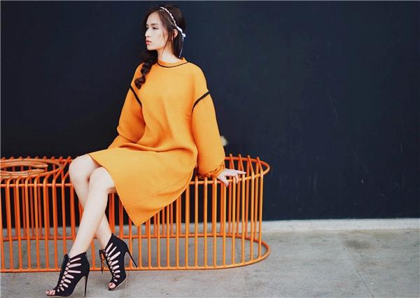 Ngay cả khi diện áo oversized với sắc cam nổi bần bật, Ái Phương vẫn tạo cảm giác dịu mắt bởi tông trang điểm nhẹ nhàng cùng chiếc cài tóc trẻ trung.