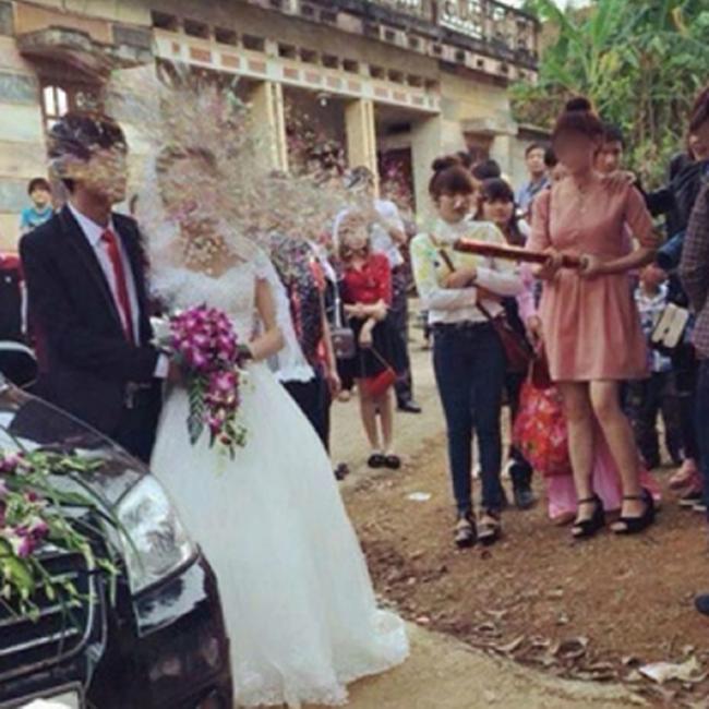 """Cô dâu này bị cho là cô dâu """"nhọ"""" nhất năm."""