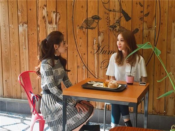 Chi Pu cùng Ji-yeon ăn trưa.