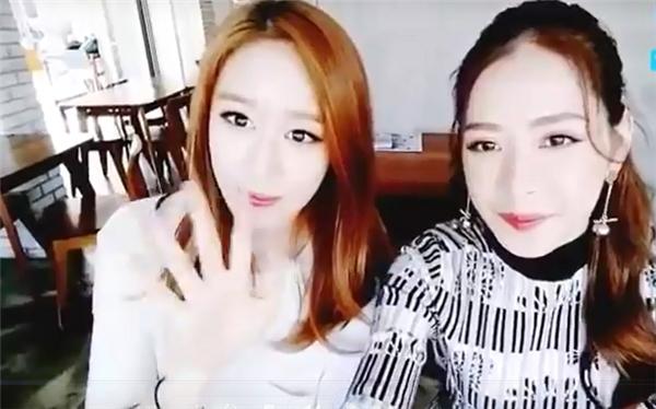 Ji-yeon vẫy chào fan hâm mộ và nói xin chào bằng tiếng Việt.