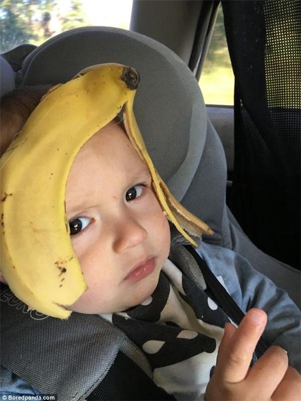 """""""Nhưng có lẽ cái mũ bảo hiểm vị chuối này không làm con hài lòng thì phải. Lần sau bố sẽ để dành vỏ loại quả khác để làm mũ cho con nhé""""."""