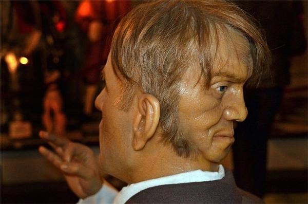 Khuôn mặt ma quái sau gáy người đàn ông khiến y học bối rối. Hình ảnh Mordake đã được dựng thành tượng sáp