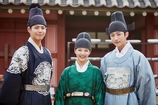 """Nữ diễn viên xinh đẹp Kim Yoo Jung thủ vai chính Hong Ra On phải làm thái giám một cách bất đắc dĩ và vô tình gây thương nhớ cho cả Thế tử cao quý Lee Young (Park Bo Gum) và vị công tử điển trai """"nhất nhì thời Joseon"""" Kim Yoon Sung (B1A4 Jin Young) nhà Lãnh tướng."""