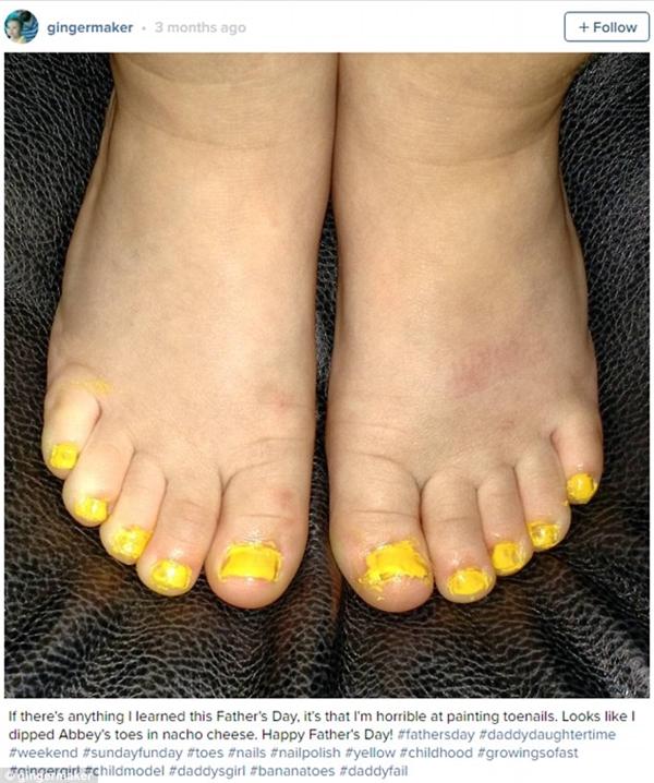 """""""Bố đã nghĩ mình sẽ sơn móng cho con thật đẹp nhưng sau khi nhìn thấy kết quả thì có lẽ không phải vậy con gái nhỉ? Nhìn chân con như đang bị dính bơ vậy""""."""