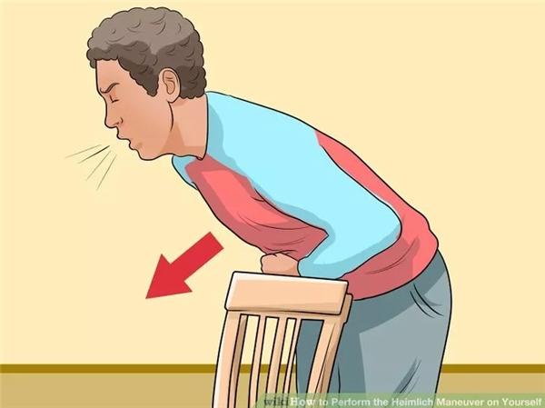 Nếu cách trên không thành công, cho người bị ngạt đứng tựa bụng (vị trí cơ hoành) vào một vật thể đứng chắc chắn, chẳng hạn lưng ghế, cạnh bàn, tay vịn cầu thang… với điều kiện những vật này thấp ngang eo để họ có thể gập người về phía trước. Đặt một nắm đấm vào giữa lưng ghế và bụng họ rồi dùng lực đẩy cơ thể họ tựa vào nắm đấm và hướng lên, cho đến khi vật mắc kẹt bị tống ra ngoài. Bạn cũng có thể tự cứu mình bằng cách này.
