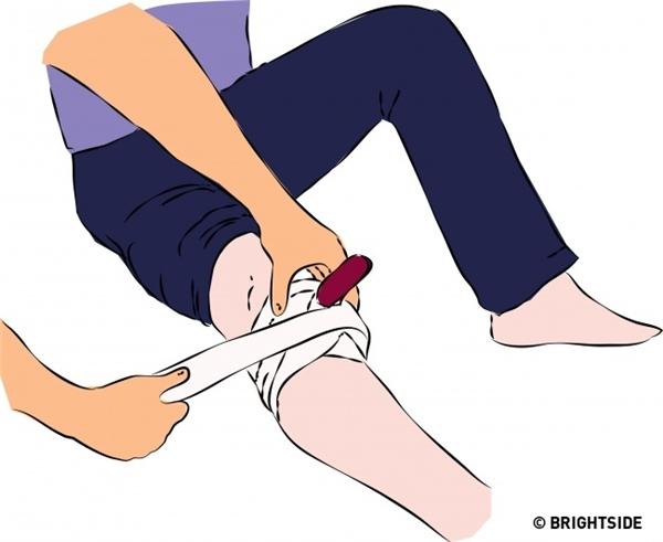 Khi bị dao hay vật nhọn đâm phải, không được rút ra: Bằng cách giữ yên con dao hay vật nhọn trên người, máu sẽ không bị phun ra ngoài. Sau đó, hãy băng bó vùng bị đâm lại rồi đến bệnh viện hoặc cơ sở y tế gần nhất.