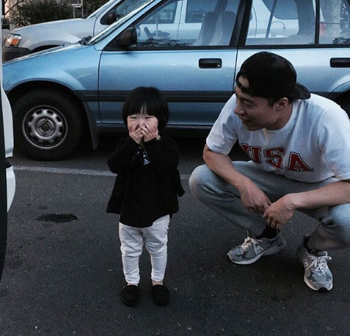 Chàng siêu mẫuvà cô con gái kháu khỉnh Ji Ahn luôn nhận được sự quan tâm và yêu mến từ phía cộng đồng mạng.