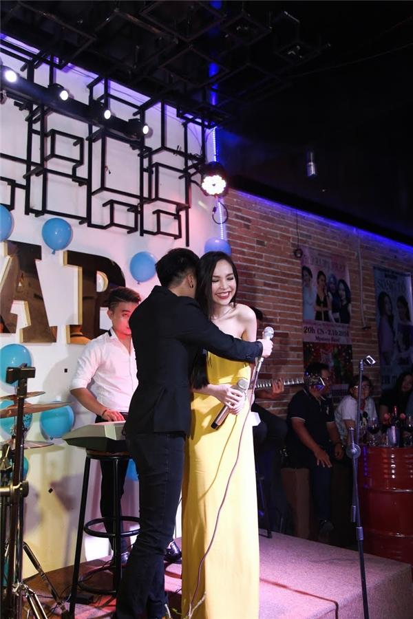Sau lời cảm ơn của Hiền Thục, Khánh Hoàng đã ôm hôn thắm thiết nữ ca sĩ trên sân khấu.