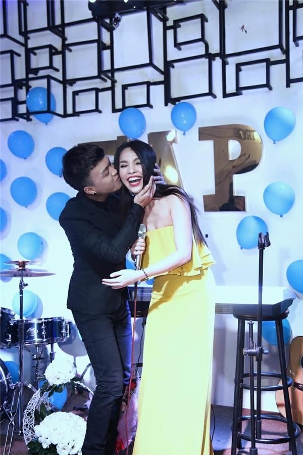 Hot boy bolero Khánh Hoàng ôm hôn thắm thiết Hiền Thục