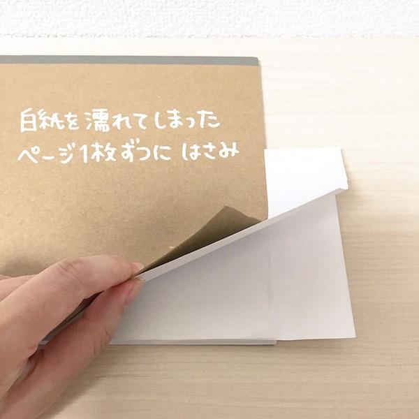 Đầu tiên bạn hãy đặt một lớp giấy ăn giữa những trang giấy ướt để chúng hút hết lượng nước ngấm trong cuốn tập. Nhớ thay giấy thường xuyên cho đến khi chúng hút hết nước nhé.