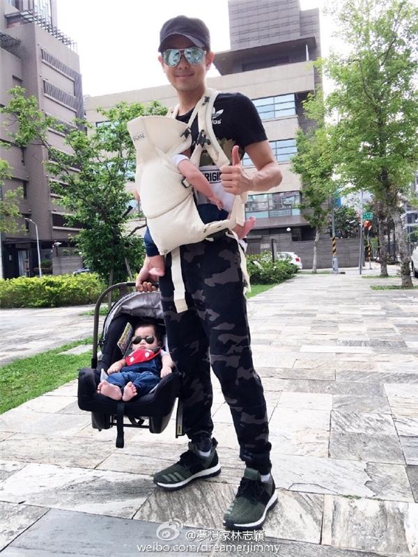 Lâm Chí Dĩnh luôn cố gắng dành nhiều thời gian cho hai con trai nhỏ của mình.