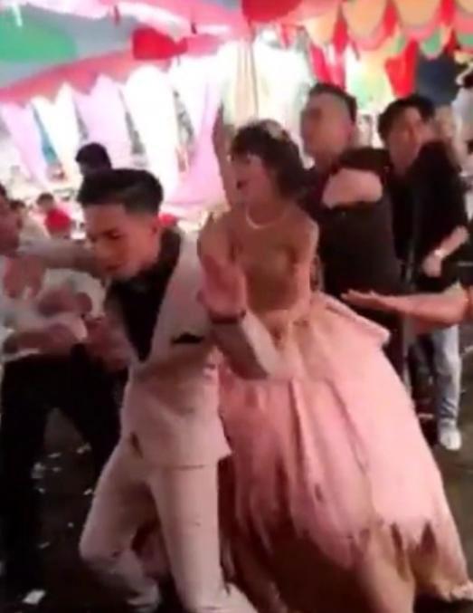 Chú rể và cô dâu cùng tham gia nhóm nhảy  gây tranh cãi trong giới trẻ.