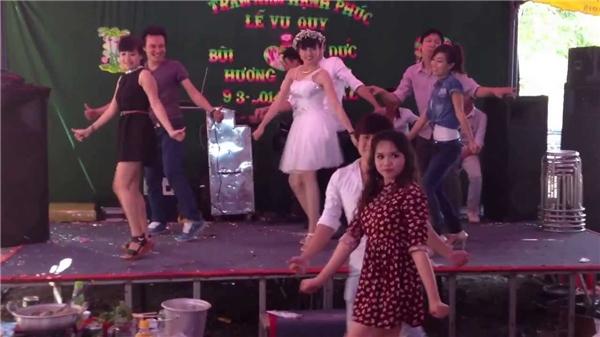 Một đám cưới ở Bình Phước diễn ra trước đó không lâu, cô dâu chú rể cùng nhóm bạn biểu diễn điệu nhảy Samba gây bão.
