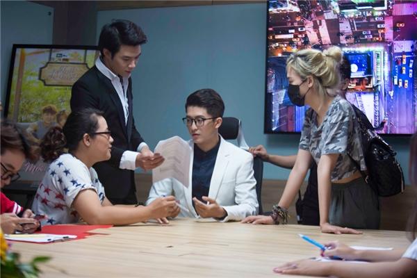 Anh Tú thường cùng đạo diễn Luk Vân giúp Harry nghiên cứu thoại, phát âm, đài từ
