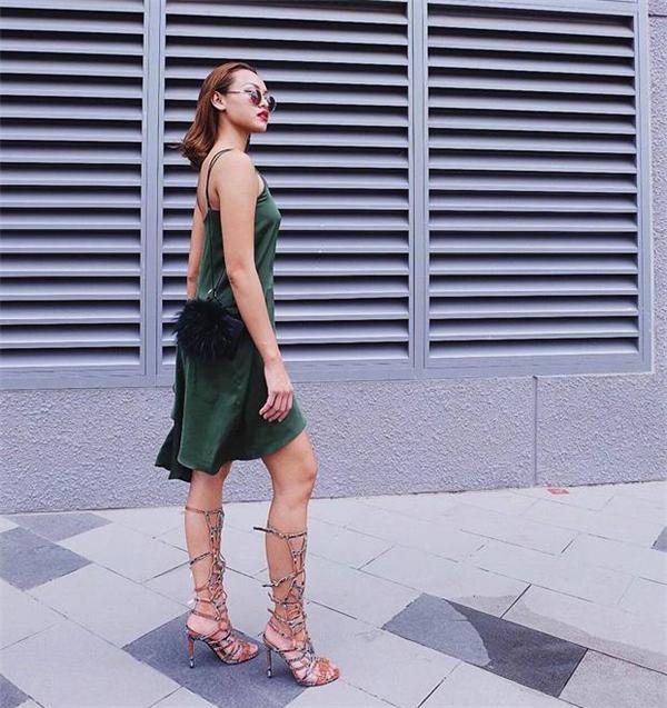 Nhìn cận vào vào chiếc váy xanh này, không khó để nhận thấy vùng nhạy cảm ở vòng 1 của Mai Ngô lộ rõ. Tuy nhiên, cô nàng vẫn rất tự tin và chia sẻ trên trang cá nhân.