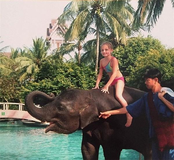 Cuối năm 2004, cô bé người Anh Amber du lịch đến Phuket, Thái Lan cùng gia đình.