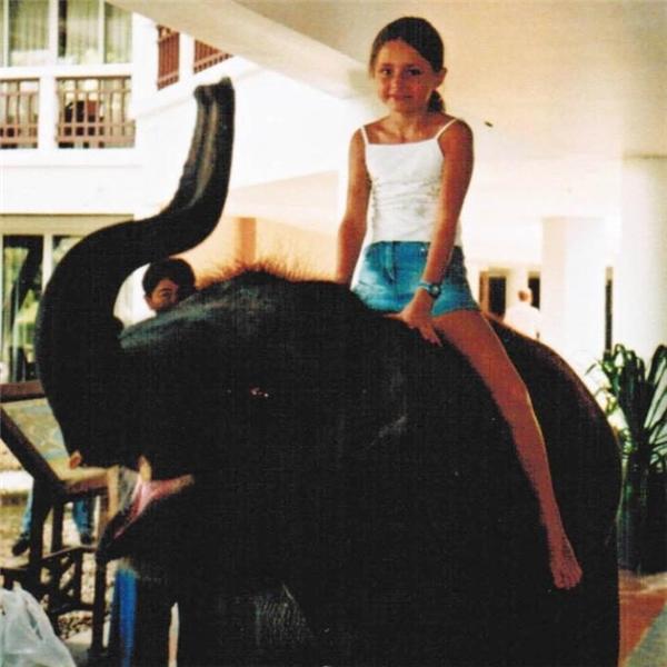 Tại đây, Amber gắn bó thân thiết với chú voi con tên Ninh Nong.
