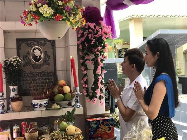 NSƯT Mỹ Uyên, Kim Chi và ca sĩ Long Nhậtthẫn thờ bên phầnmộ nam tài tử. - Tin sao Viet - Tin tuc sao Viet - Scandal sao Viet - Tin tuc cua Sao - Tin cua Sao