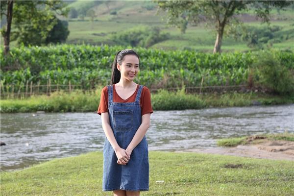 Angela Phương Trinh vào vai Phong Linh, một cô giáo tình nguyện, từ bỏ cuộc sống sung túc để bắt đầu hành trình thiện nguyện và thực hiện ước mơtừ thuở nhỏ. - Tin sao Viet - Tin tuc sao Viet - Scandal sao Viet - Tin tuc cua Sao - Tin cua Sao
