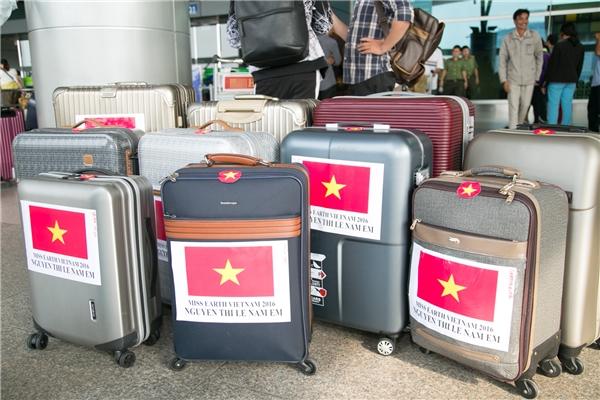 """Đến Philippines lần này, Nam Em mang theo lượng hành lí""""khủng"""" với 11 valilớn nhỏ các loại có đầy đủ các trang phục, dụng cụ cần thiết cho khoảng thời gian sắp tới tại đất nước Đông Nam Á xinh đẹp."""