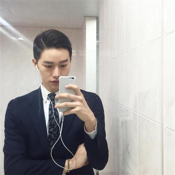 Anh chàng từng theo học Đại học Hanseo, chuyên ngành Tiếp viên hàng không và đã làm tiếp viên cho một hãng hàng không của Hàn Quốc.