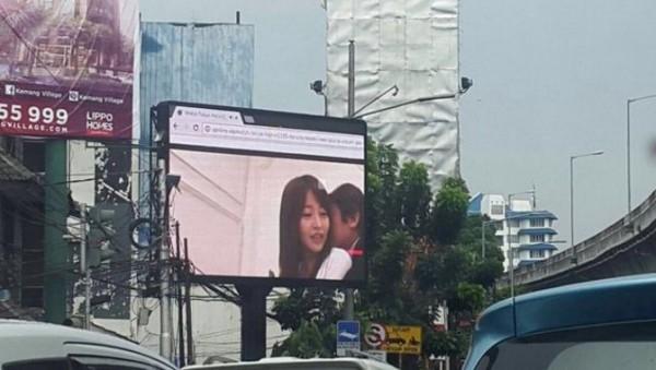 Đoạn clip khiêu dâmphát trên bảng LED quảng cáo trên đường phố Indonesia. (Ảnh: internet)