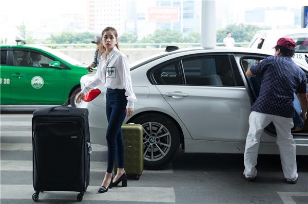 Nữ diễn viên Tỉnh giấc tôi thấy mình trong ai phối quần jeans cùng sơ mi trắng của Moschino, giản dị xuất hiện tại sân bay Tân Sơn Nhất đáp chuyến bay đến Seoul. - Tin sao Viet - Tin tuc sao Viet - Scandal sao Viet - Tin tuc cua Sao - Tin cua Sao