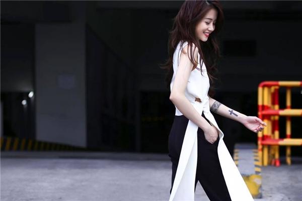 Gu thời trang của người đẹp cũng được thay đổi với những trang phục thướt tha, dịu dàng hơn. - Tin sao Viet - Tin tuc sao Viet - Scandal sao Viet - Tin tuc cua Sao - Tin cua Sao