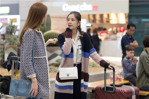 Nhan sắc của Chi Pu và Lee Sarah khiến nhiều du khách và người Hàn Quốc tại sân bay chú ý. - Tin sao Viet - Tin tuc sao Viet - Scandal sao Viet - Tin tuc cua Sao - Tin cua Sao