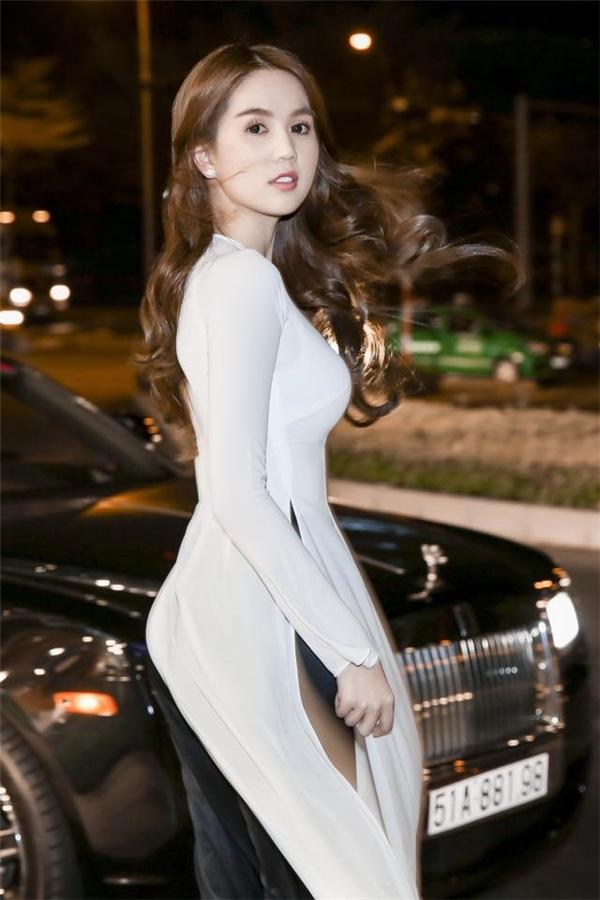 """Với Ngọc Trinh, những lần diện áo dài truyền thống luôn mang đến vẻ ngoài khác lạ cho cô nàng. Không thể phủ nhận, với chiều cao vừa tầm, thân hình chuẩn, không có trang phục nào có thể """"làm khó"""" nữ hoàng nội y."""
