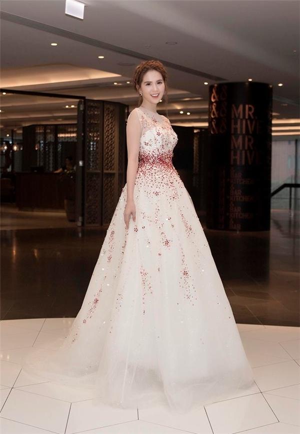 Trong chuyến tham dự Liên hoan Phim Việt tại Úc vừa qua, Ngọc Trinh cũng gây bất ngờ khi xuất hiện với bộ cánh điệu đà như công chúa bước ra từ truyện cổ tích.