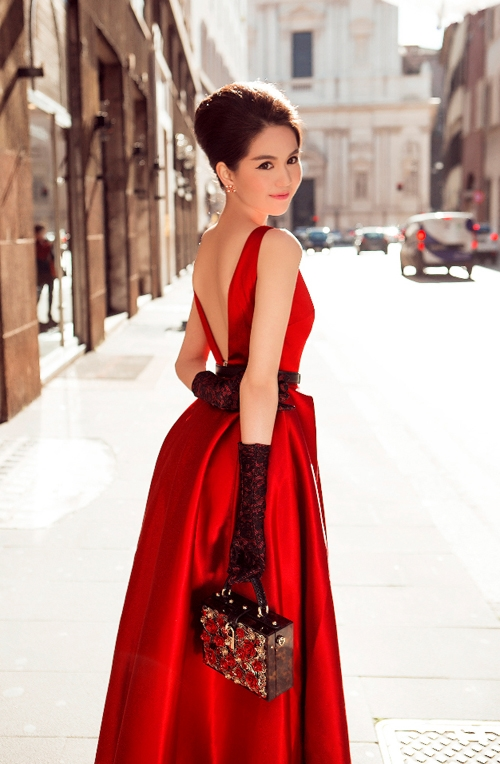 Những lần du ngoạn châu Âu hay công tác tại Hàn Quốc, thời tiết lạnh giá buộc Ngọc Trinh phải diện nhiều lớp trang phục kín đáo để giữ nhiệt cho cơ thể. Nhưng hãy nhìn xem, bộ cánh nào của cô nàng cũng vô cùng thời thượng, thu hút.