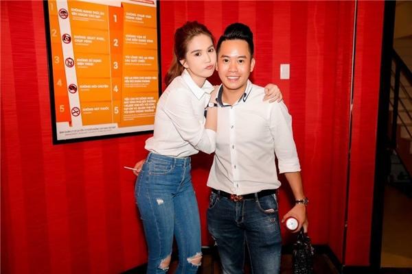 Chỉ với quần jeans, áo sơ mi trắng đơn giản, nữ diễn viên Vòng eo 56 vẫn trở thành tâm điểm của mọi sự chú ý.