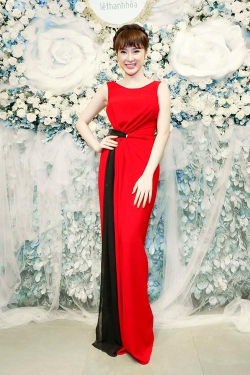 """Chiếc váy đỏ dài phủ chân giúp Angela Phương Trinh """"ăn gian"""" chiều cao khi mang giày hơn 20 cm trong một sự kiện thời trang."""