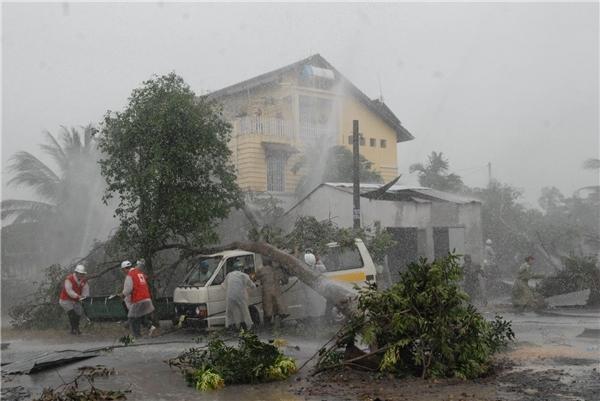 Hiện tại toàn thể tàu bè đã được thông báo di chuyển vào đất liền, người dân quanh khu vực tâm bão cũng cần thận trọng đối phó với diễn biến của bão.