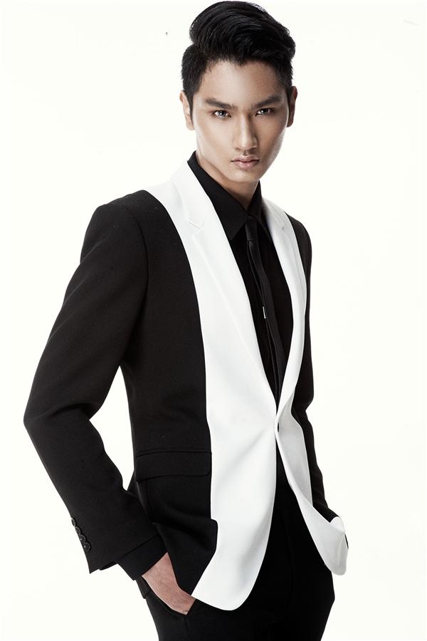 """Trở về từ cuộc thi, Huy Quang cho biết sẽ tiếp tục con đường chinh phục làng thời trang với hoạt động chuyên nghiệp hơn. Và mới đây, chàng mẫu trẻ đã chính thức trở thành """"chàng thơ"""" mới của nhà thiết kế Đỗ Mạnh Cường."""