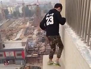 Chàng trai liều lĩnh nhảy nhót trên mép tường tầng 22