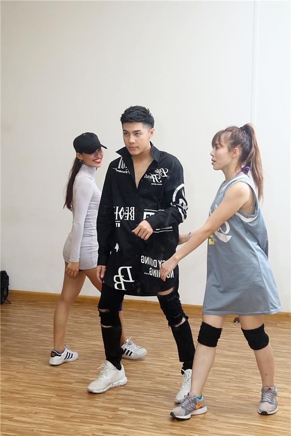"""Theo lịch trình, ngay sau đêm trực tiếp của The Voice Kids vào thứ Bảy này, Noo Phước Thịnh sẽ ra ngay sân bay bay sang Busan, Hàn Quốc để kịp xuất hiện tại""""Asia Song Festival 2016"""" vào ngày 9/10. - Tin sao Viet - Tin tuc sao Viet - Scandal sao Viet - Tin tuc cua Sao - Tin cua Sao"""