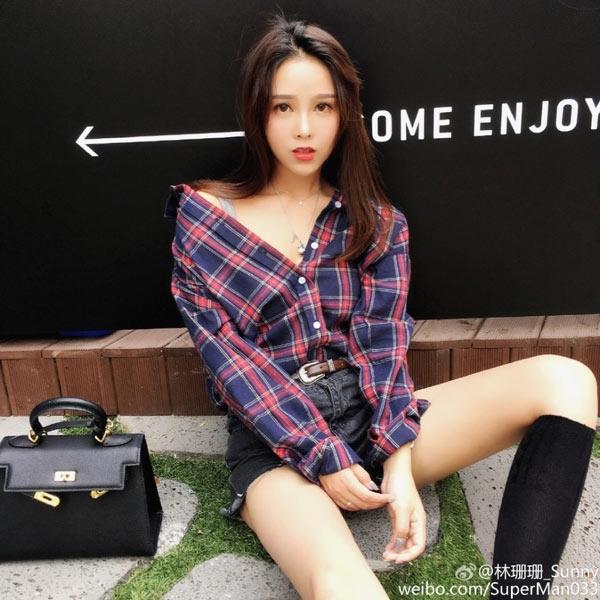 Lâm San Sanlà một nàng hot girl được yêu thích vìcó phong cách sang chảnh và khuôn mặt đẹp sắc sảo.
