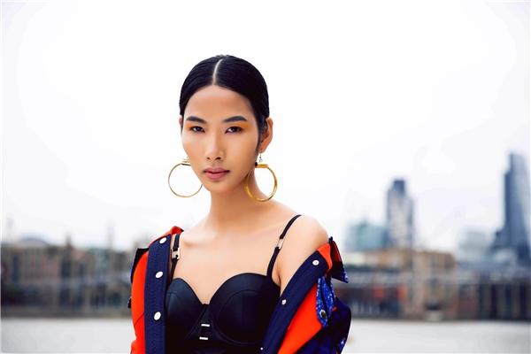 Được biết thiết kế mà Hoàng Thùy diện là những sáng tạo mới nhất của Claret Giang Lê, tên tuổi mới của làng thời trang Việt Nam. Claret Giang Lê sinh năm 1993 tại Hà Nội và đã tốt nghiệp chuyên ngành thiết kế thời trang của trường Istituto Marangoni London tại Anh quốc vào năm 2015.