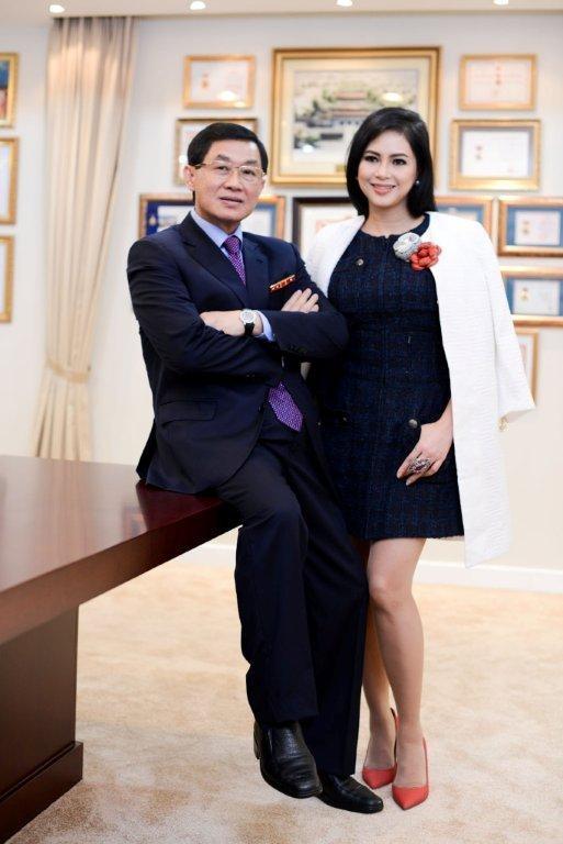 """Bên cạnh vai trò là những doanh nhân tầm cỡ trong giới thương gia Việt, vợ chồng Johnathan Hạnh Nguyễn và Thủy Tiên còn được biết đến là bố mẹ chồng """"ngọc nữ"""" màn ảnh Việt - Tăng Thanh Hà."""