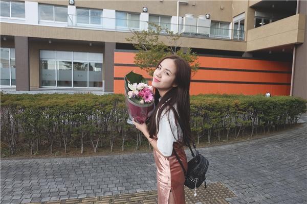 """Phương Ly cho biết cô rất thích du lịchvà văn hoá Nhật Bản nênkhi nhận lời tham gia chương trình này nữ ca sĩ trẻ đã """"học cấp tốc"""" tiếng Nhật để có thể hát cũng như những giao lưu đơn giản."""