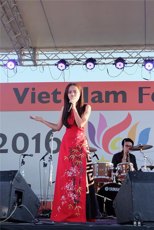 Phương Ly được nhận xét là vừa gợi cảm nhưng vẫn mang nét văn hóa dân tộc trong phần trình diễn.