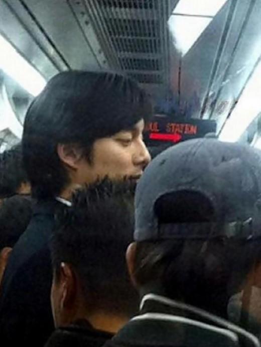 """Nhìn vào cứ tưởng Gong Yoo đang ghi hình cho dự án """"bom tấn"""" Train To Busan."""