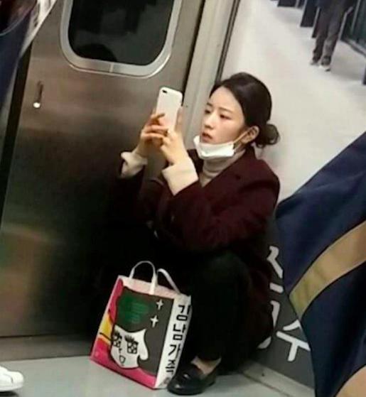 """Hình ảnh Bomi (A Pink) ngồi """"chồm hổm"""" trên tàu điện ngầm khiến các fan vô cùng thích thú bởi sự giản dị cũng như hài hước của cô nàng."""