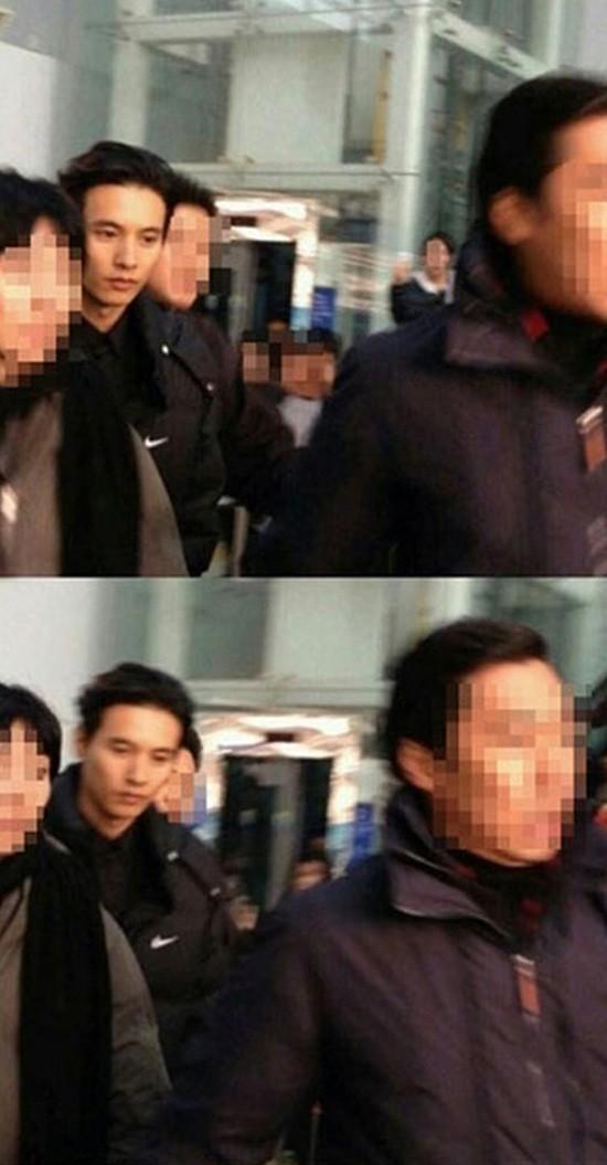 Thật may khi không ai nhận ra Won Bin bởi nếu điều đó xảy ra, nam diễn viên sẽ rất khó lòng có thể di chuyển khỏi khu vực tàu điện ngầm.