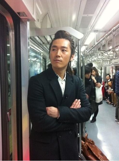 """Khi sao Hàn hóa """"thường dân"""" xuất hiện trên tàu điện ngầm"""