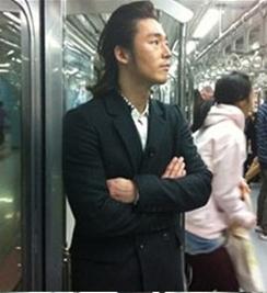 Dù chỉ là trên tàu điện ngầm nhưng Jang Hyuk vẫn toát lên vẻ nam tính quyến rũ đến khó cưỡng.