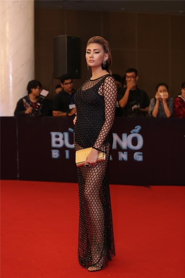Đáng kể đến nhất là trường hợp của Hoàng Yến, dù phần eo không mấy thon gọn nhưng nữ siêu mẫu vẫn chuộng diện trang phục ôm sát, cắt xẻ hay chất liệu xuyên thấu.